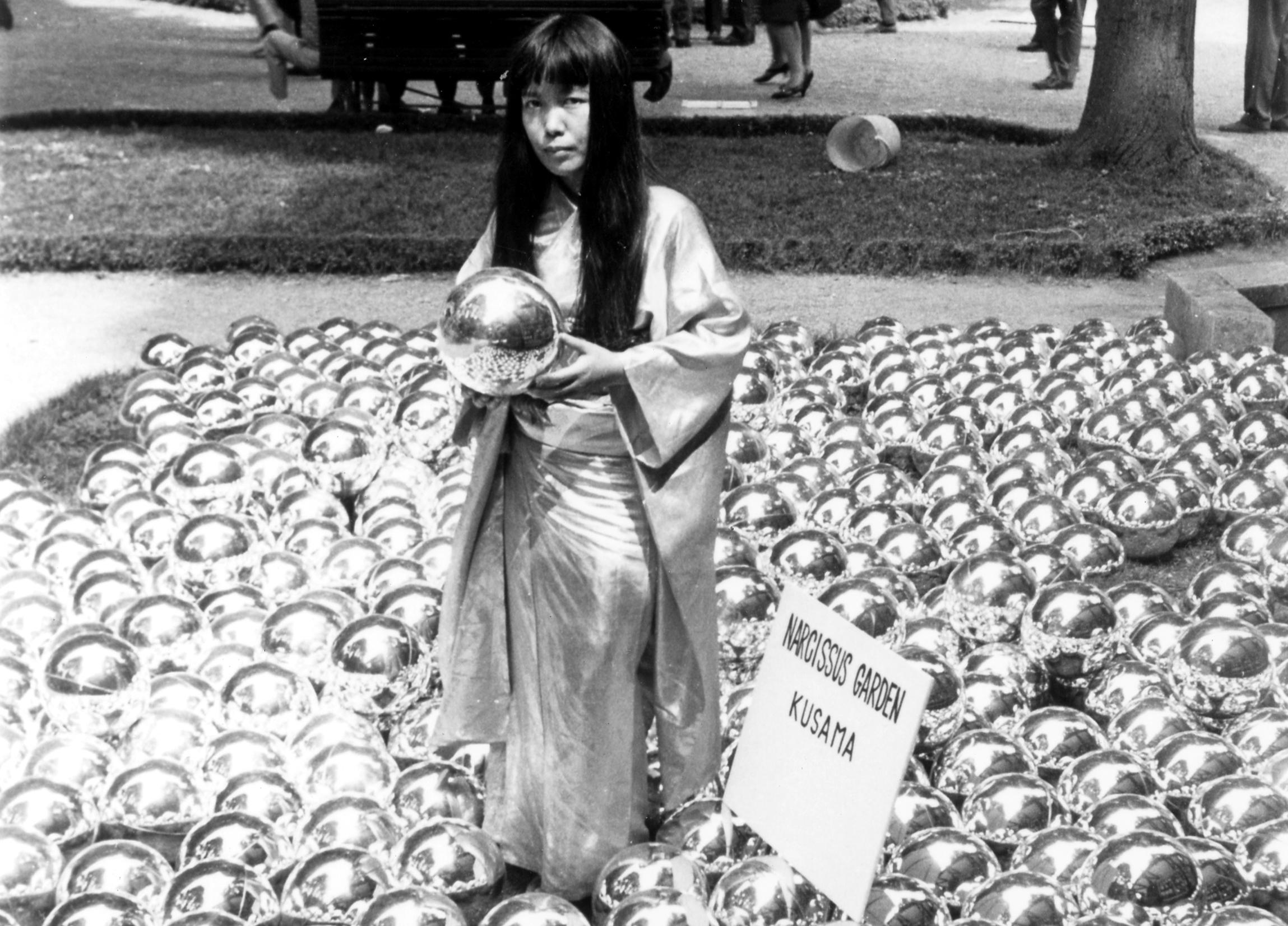 narcissusgardenbyyayoikusama_venicebiennale_1966_installationandportrait